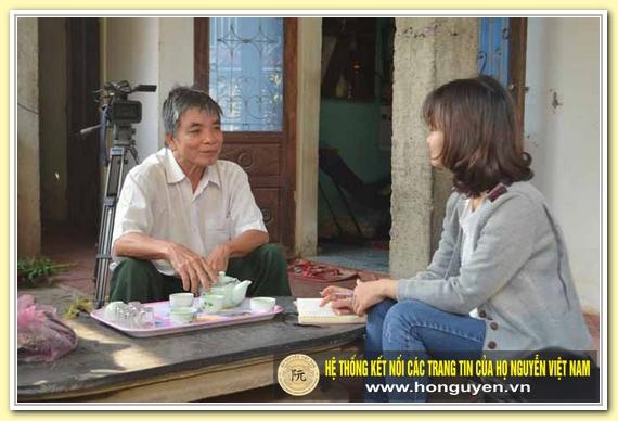 Ông Hoàng Minh Tùng trò chuyện với phóng viên tại nhà riêng, tháng 3-2016.